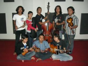 adik-adik Unit Kegiatan Mahasiswa Keroncong ISI Surakarta, 2009